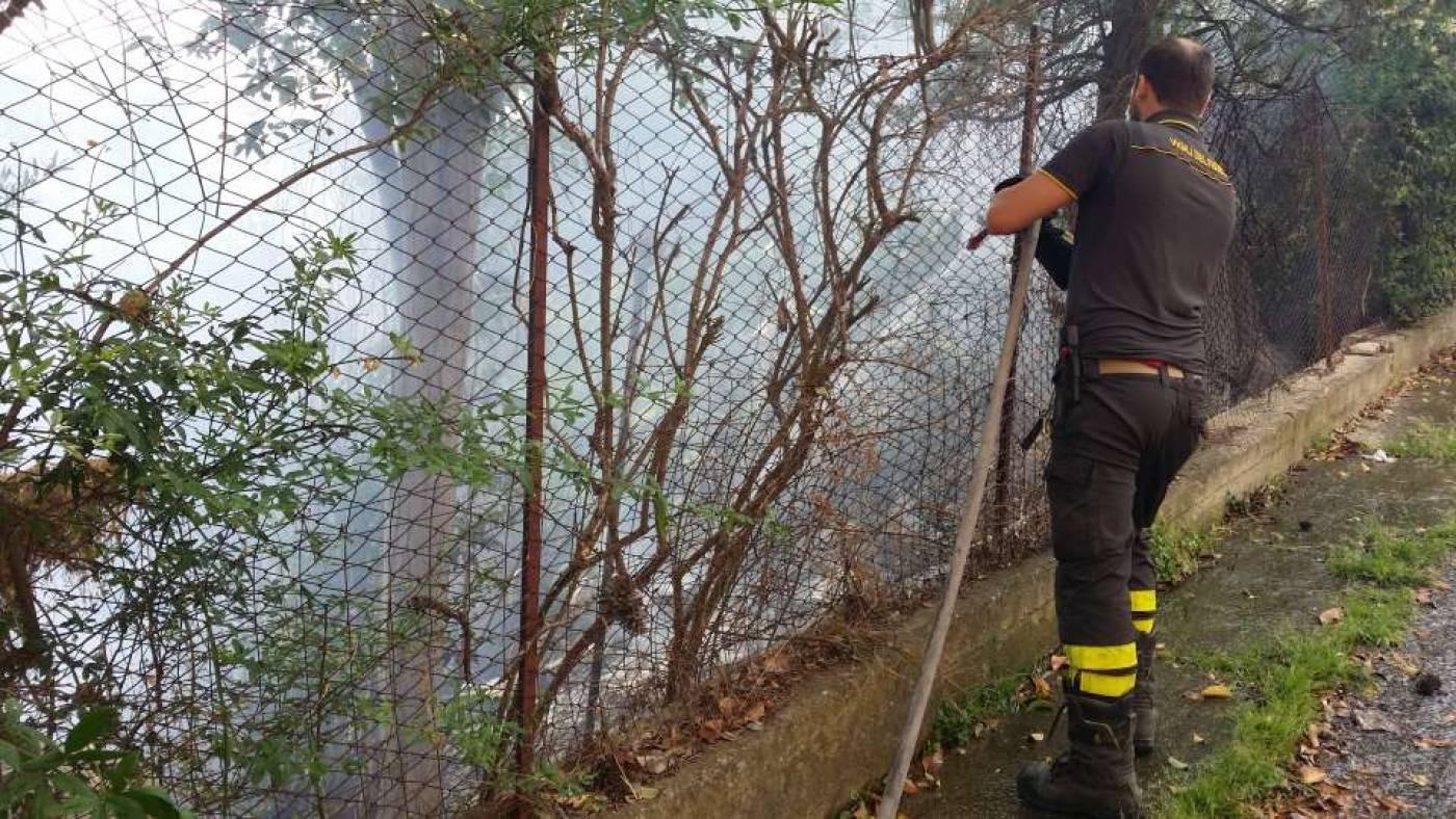 Incendio in una villa, esplosione ferisce tre vigili del fuoco