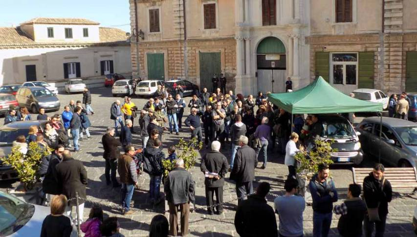 Sit in piazza Steri a Rossano